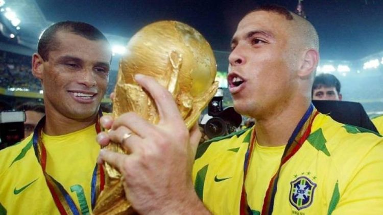 Ronaldo and Cafu holding the World Cup